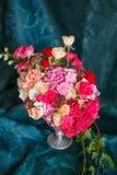 Ανθοδέσμη των γαρίφαλων και των τριαντάφυλλων Στοκ φωτογραφία με δικαίωμα ελεύθερης χρήσης