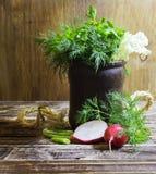 Ανθοδέσμη των ευωδών χορταριών του μαράθου και του μαϊντανού, σε ένα ξύλινο υπόβαθρο, του αγροτικού ύφους, εκλεκτική εστίαση Στοκ Εικόνα