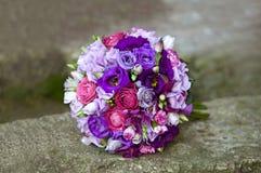 Ανθοδέσμη των ζωηρόχρωμων λουλουδιών στο φυσικό υπόβαθρο Στοκ εικόνα με δικαίωμα ελεύθερης χρήσης