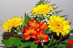 Ανθοδέσμη των κίτρινων και κόκκινων λουλουδιών Στοκ Εικόνα