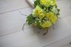 ανθοδέσμη των κίτρινων λουλουδιών στο ξύλινο υπόβαθρο Στοκ Φωτογραφίες