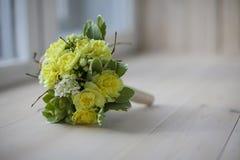 ανθοδέσμη των κίτρινων λουλουδιών στο ξύλινο υπόβαθρο Στοκ φωτογραφία με δικαίωμα ελεύθερης χρήσης