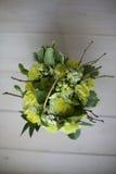 ανθοδέσμη των κίτρινων λουλουδιών στο ξύλινο υπόβαθρο Στοκ εικόνες με δικαίωμα ελεύθερης χρήσης
