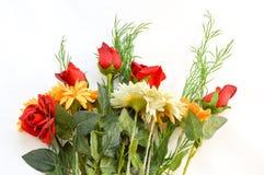 Ανθοδέσμη των κόκκινων τριαντάφυλλων και των μαργαριτών Στοκ φωτογραφία με δικαίωμα ελεύθερης χρήσης