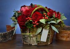Ανθοδέσμη των κόκκινων τριαντάφυλλων σε ένα κιβώτιο του φλοιού σημύδων Στοκ εικόνες με δικαίωμα ελεύθερης χρήσης