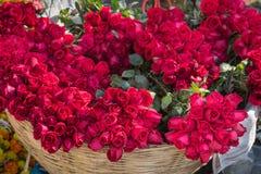Ανθοδέσμη των κόκκινων τριαντάφυλλων στο ψάθινο καλάθι για την πώληση Στοκ εικόνα με δικαίωμα ελεύθερης χρήσης