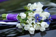 Ανθοδέσμη των μπλε και άσπρων χρωμάτων λουλουδιών των ίριδων και των τουλιπών για τη γαμήλια τελετή Στοκ εικόνα με δικαίωμα ελεύθερης χρήσης