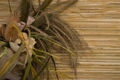 Ανθοδέσμη των ξηρών εγκαταστάσεων σε ένα υπόβαθρο αχύρου Στοκ Φωτογραφίες