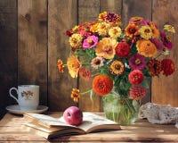 Ανθοδέσμη των λουλουδιών κήπων, της Apple και ενός βιβλίου Στοκ Εικόνες