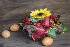 Ανθοδέσμη των λουλουδιών και των αυγών Πάσχας η φυσική ανασκόπηση, Στοκ Φωτογραφία