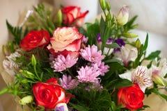 Ανθοδέσμη των λουλουδιών με τα τριαντάφυλλα Στοκ Εικόνα
