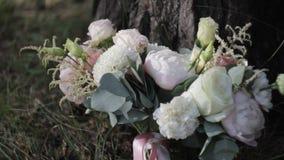Ανθοδέσμη των λουλουδιών στην κινηματογράφηση σε πρώτο πλάνο χλόης απόθεμα βίντεο