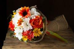 ανθοδέσμη των λουλουδιών στον ξύλινο πίνακα, υπόβαθρο λουλουδιών Στοκ Εικόνες