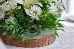 Ανθοδέσμη των λουλουδιών στο ξύλο Στοκ Φωτογραφία