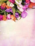 Ανθοδέσμη των λουλουδιών τουλιπών σε έναν τρύγο υποβάθρου σχεδίων αναδρομικό στοκ φωτογραφία με δικαίωμα ελεύθερης χρήσης
