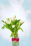 Ανθοδέσμη των λουλουδιών τουλιπών σε έναν τρύγο υποβάθρου σχεδίων αναδρομικό στοκ φωτογραφίες με δικαίωμα ελεύθερης χρήσης