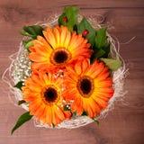 Ανθοδέσμη των πορτοκαλιών gerberas με τις μικρές άσπρες ανθίσεις Στοκ εικόνες με δικαίωμα ελεύθερης χρήσης