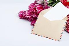 Ανθοδέσμη των ρόδινων τουλιπών και του δώρου με την κάρτα Στοκ Εικόνα