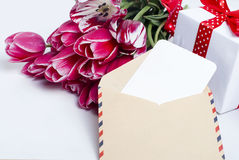 Ανθοδέσμη των ρόδινων τουλιπών και του δώρου με την κάρτα Στοκ εικόνες με δικαίωμα ελεύθερης χρήσης