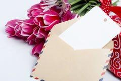 Ανθοδέσμη των ρόδινων τουλιπών και του δώρου με την κάρτα Στοκ φωτογραφία με δικαίωμα ελεύθερης χρήσης