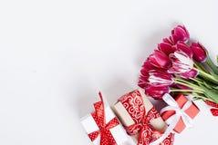 Ανθοδέσμη των ρόδινων τουλιπών και του δώρου Στοκ εικόνες με δικαίωμα ελεύθερης χρήσης
