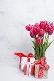 Ανθοδέσμη των ρόδινων τουλιπών και του δώρου Στοκ φωτογραφία με δικαίωμα ελεύθερης χρήσης