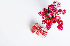 Ανθοδέσμη των ρόδινων τουλιπών και του δώρου Στοκ Φωτογραφίες