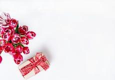 Ανθοδέσμη των ρόδινων τουλιπών και του δώρου Στοκ Εικόνες