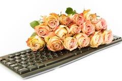 Ανθοδέσμη των ρόδινων τριαντάφυλλων στο πληκτρολόγιο υπολογιστών Στοκ Εικόνες