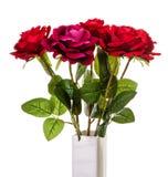 Ανθοδέσμη των τεχνητών κόκκινων τριαντάφυλλων στο βάζο που απομονώνεται Στοκ εικόνα με δικαίωμα ελεύθερης χρήσης