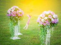 Ανθοδέσμη των τεχνητών λουλουδιών στο χορτοτάπητα Σύνδεση μαζί με μια κορδέλλα και ένα τόξο στη μέση Στοκ φωτογραφίες με δικαίωμα ελεύθερης χρήσης