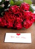 Ανθοδέσμη των τριαντάφυλλων για την αγαπημένη γυναίκα στοκ φωτογραφίες