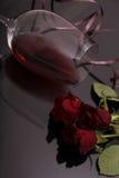 Ανθοδέσμη των τριαντάφυλλων και του κόκκινου κρασιού γυαλιού στο Μαύρο Στοκ φωτογραφίες με δικαίωμα ελεύθερης χρήσης
