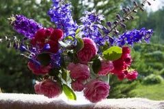 Ανθοδέσμη των τριαντάφυλλων και των clematis Στοκ εικόνα με δικαίωμα ελεύθερης χρήσης