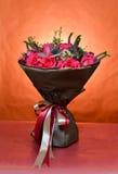 Ανθοδέσμη των τριαντάφυλλων που τυλίγονται στο καφετί έγγραφο και που δένονται με τις κορδέλλες Στοκ Φωτογραφίες