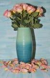 Ανθοδέσμη των τριαντάφυλλων στο μπλε βάζο Στοκ εικόνες με δικαίωμα ελεύθερης χρήσης