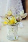 Ανθοδέσμη των snowdrops στο γκρίζο υπόβαθρο πετρών με το διάστημα αντιγράφων για το μήνυμα πρώτη άνοιξη λουλουδιών βαλεντίνος χαι Στοκ εικόνες με δικαίωμα ελεύθερης χρήσης