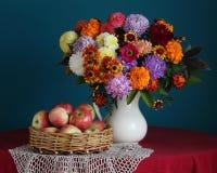 Ανθοδέσμη φθινοπώρου των λουλουδιών και των μήλων κήπων Στοκ Φωτογραφία