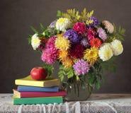 Ανθοδέσμη, Apple και βιβλία φθινοπώρου Στοκ Εικόνες