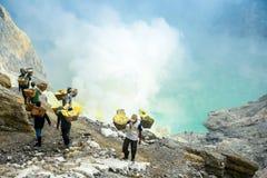 Ανθρακωρύχοι θείου σε Kawah Ijen, Ιάβα, Ινδονησία στοκ εικόνες