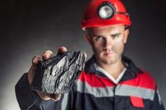 Ανθρακωρύχος που παρουσιάζει κομμάτι του άνθρακα Στοκ εικόνες με δικαίωμα ελεύθερης χρήσης