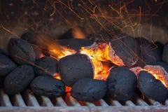 Ανθρακόπλινθοι ξυλάνθρακα με τους σπινθήρες πυρκαγιάς. Στοκ Φωτογραφία