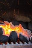Ανθρακόπλινθοι ξυλάνθρακα με τους σπινθήρες πυρκαγιάς. Στοκ εικόνες με δικαίωμα ελεύθερης χρήσης