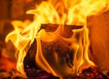 Ανθρακόπλινθος καυσίμων σε ένα fireplac Στοκ Εικόνες