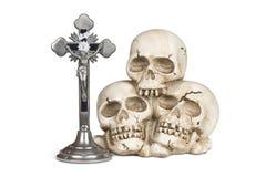 Ανθρώπινα κρανία και Crucifix Στοκ φωτογραφίες με δικαίωμα ελεύθερης χρήσης