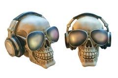 Ανθρώπινα κρανία με τα γυαλιά και ακουστικά που απομονώνονται στο άσπρο υπόβαθρο Στοκ Φωτογραφίες