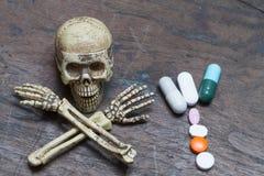 Ανθρώπινα κρανίο και χάπια στο παλαιό ξύλινο υπόβαθρο, υγιές conce προσοχής Στοκ Φωτογραφίες