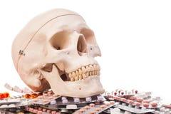 Ανθρώπινα φάρμακα και φάρμακα scull Στοκ εικόνα με δικαίωμα ελεύθερης χρήσης