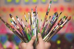 Ανθρώπινα χέρια με τις βούρτσες τέχνης Στοκ εικόνα με δικαίωμα ελεύθερης χρήσης