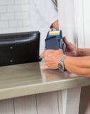 Ανθρώπινα χέρια που κάνουν την πληρωμή μέσω του κινητού τηλεφώνου στοκ εικόνα με δικαίωμα ελεύθερης χρήσης